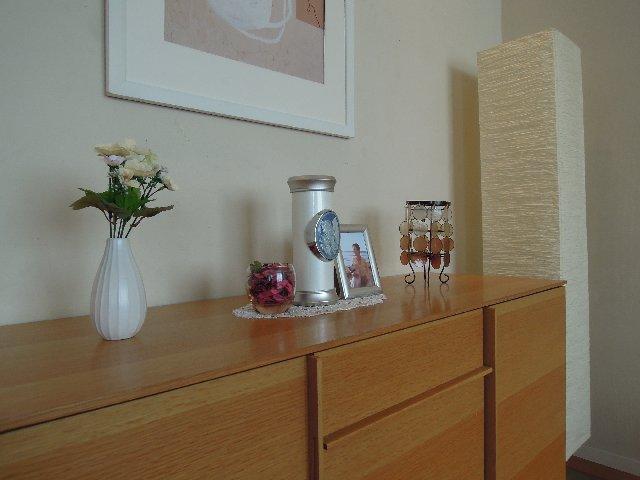 小さなデザイン骨壷をご自宅のリビングで自宅供養