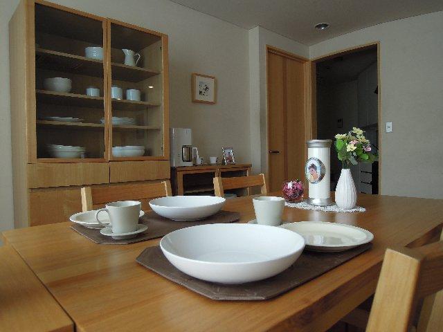 小さなデザイン骨壷をご自宅のダイニングテーブルで故人を自宅供養
