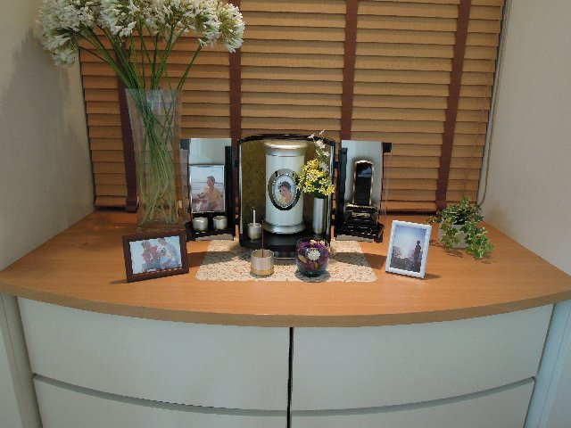 小さなデザイン骨壷(骨壺)・小さなデザイン仏壇で故人を自宅供養